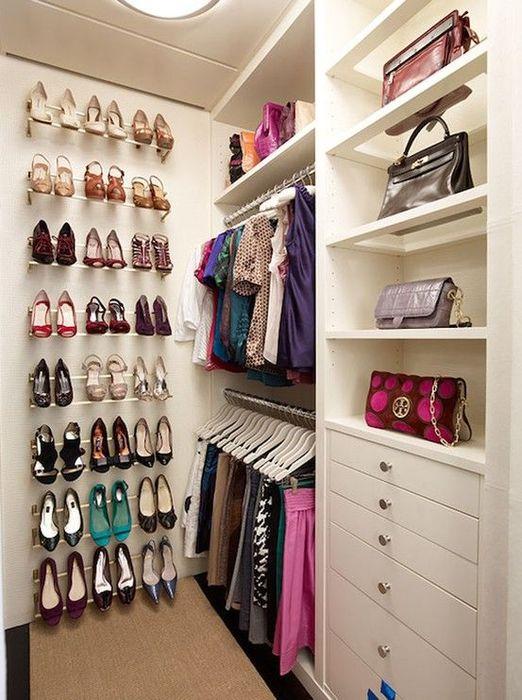 Интерьер гардеробной должен быть светлым