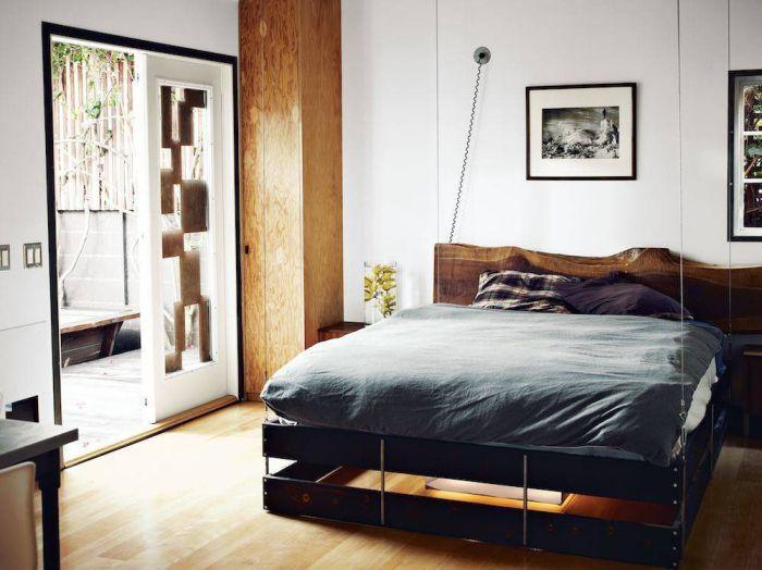 Угловое хранение - отличная идея для маленькой комнаты