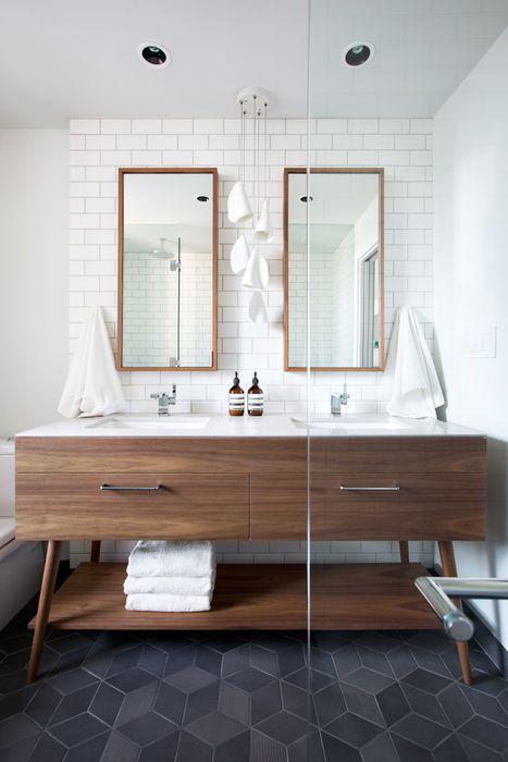 Двойное зеркало в небольшой ванной