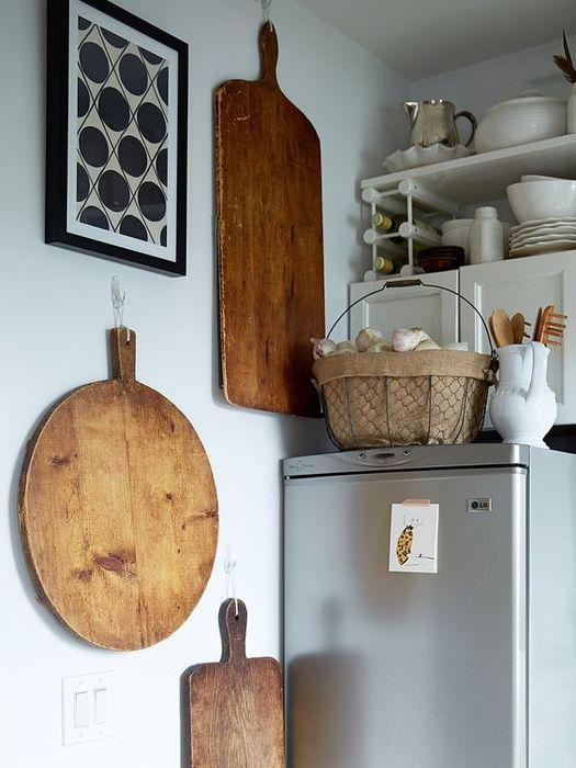 Обычное хранение кухонных принадлежностей на холодильники