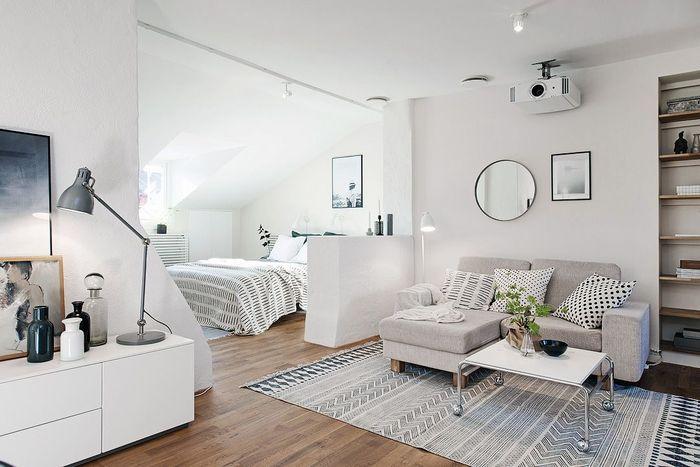 Кровать за небольшой перегородкой