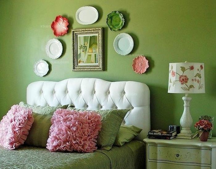 Тарелки в интерьере спальни