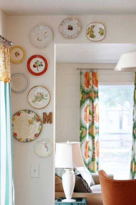 Тарелками можно украсить и дверной проём