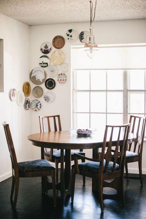 Декор углов комнаты тарелками
