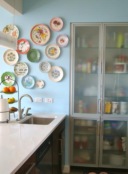 Тарелки в интерьере кухни