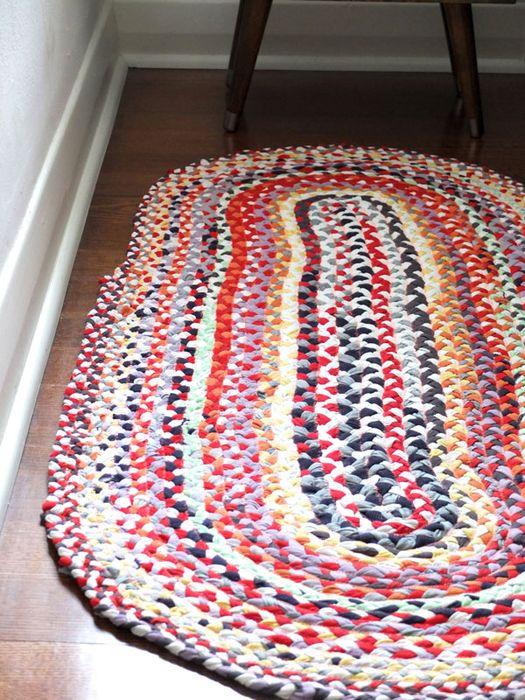 colorida alfombra de viejas camisetas