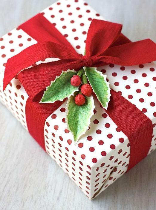 Традиционная новогодняя расцветка для упаковки подарка