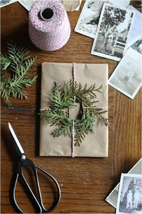 Подарок, украшенный веточками зимних деревьев