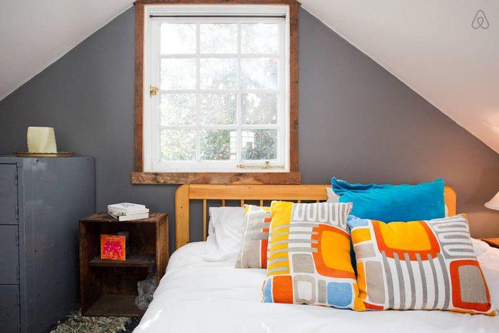 Стильный интерьер небольшой спальни