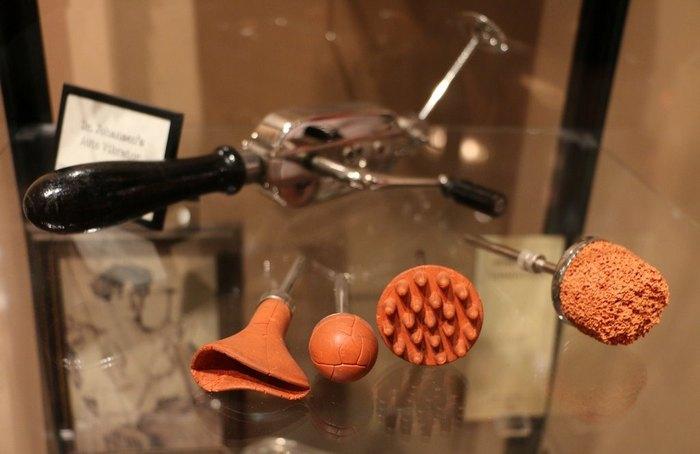 Экспонаты музея вибраторов.