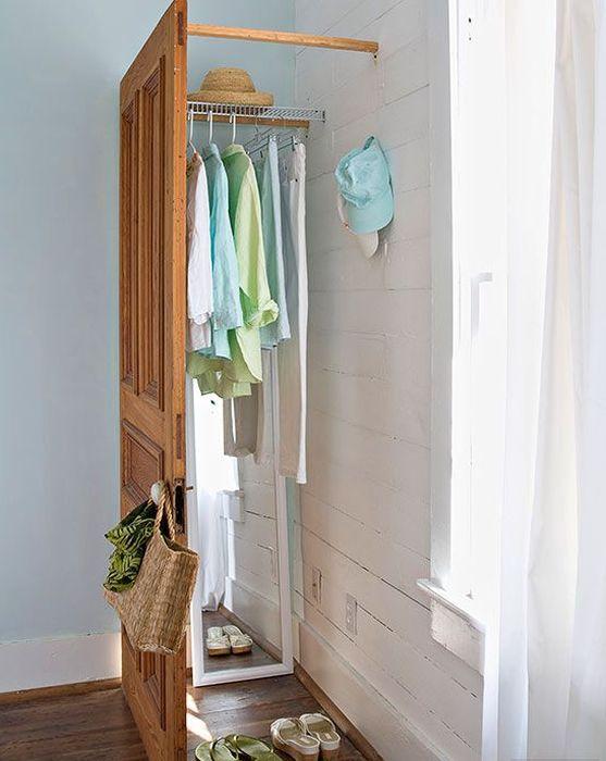 Зона гардеробной за старой дверью
