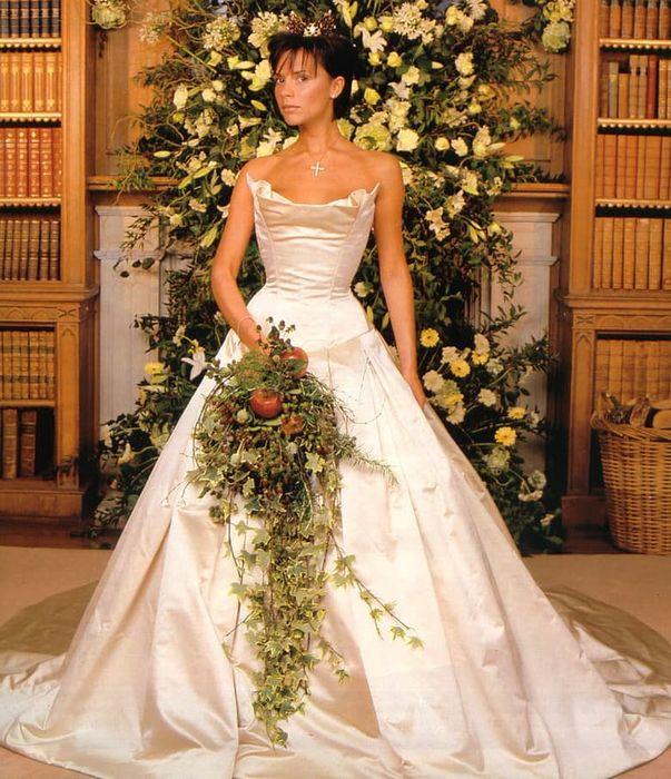 Атласное платье Виктори Бэкхем: 100 000 долларов