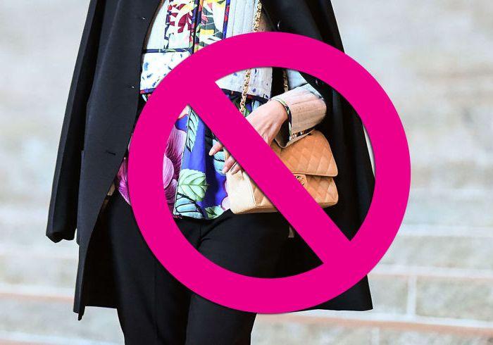 Теперь так сумку носить не модно