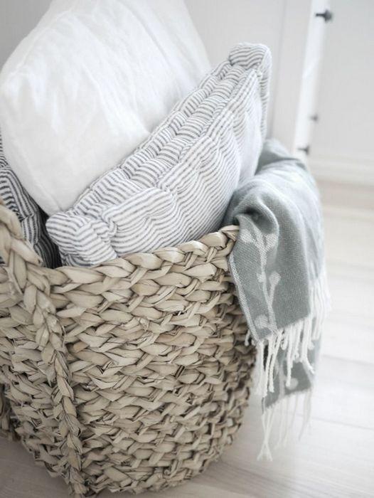 В плетёных корзинах можно хранить подушки и пледы
