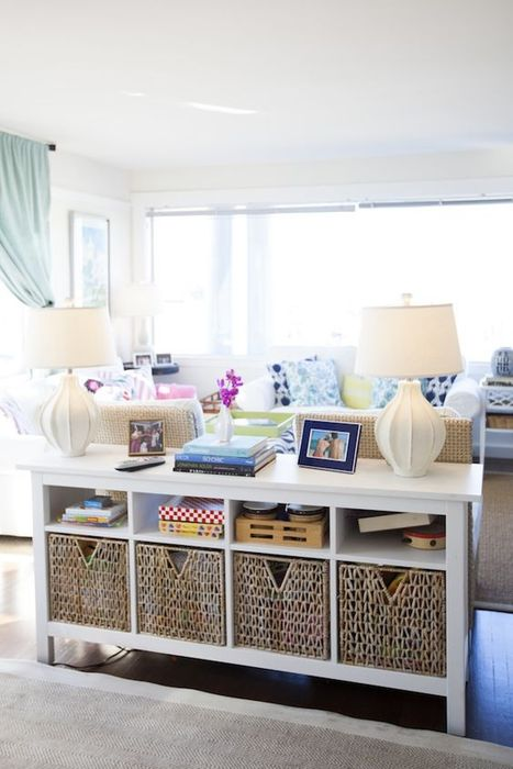 Плетёные корзины в интерьере гостиной