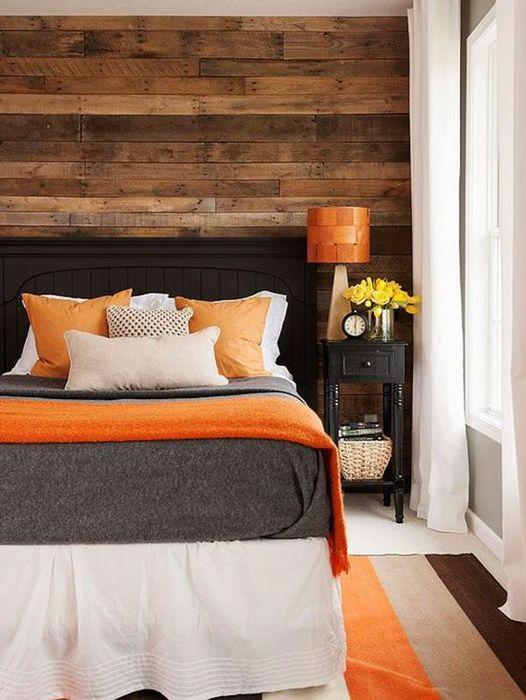 1. Доски на стене в спальне