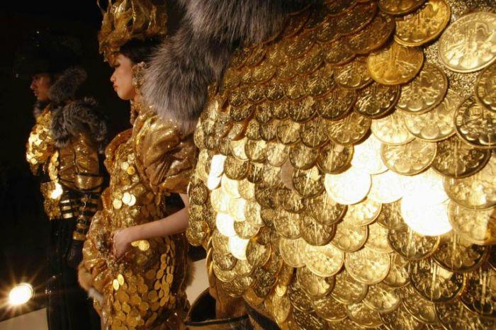 Платье и жилет имеют общий вес около 21 килограмма