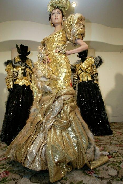 Платье декорировали золотыми монетами в количестве 1500 штук