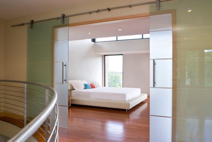Один из самых интересных вариантов оформления дверей со спальной - это стеклянная дверь с мутным стеклом.