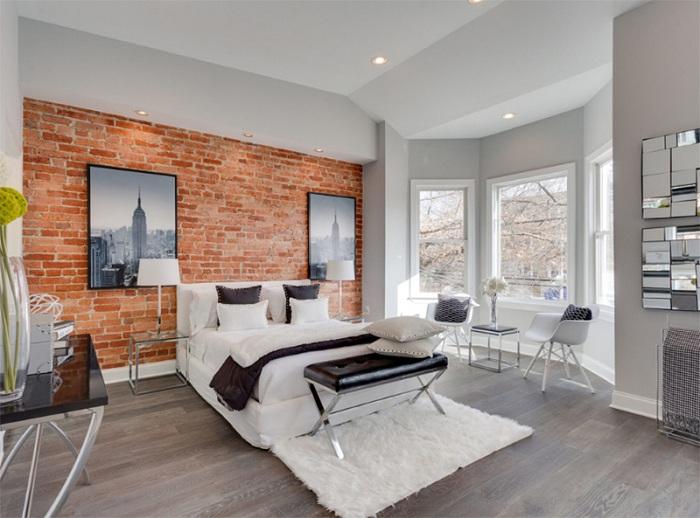 Сочетание жестких кирпичных стен с мягким белым ковром - отличная особенность стиля лофт.