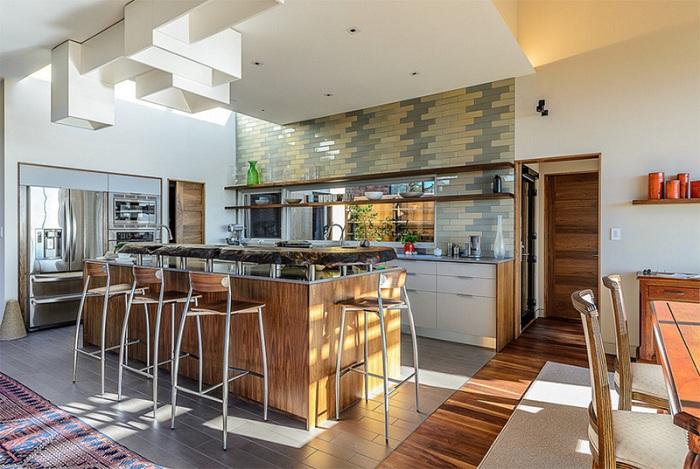 Творческое добавление плитки на стены этой кухни - креативное и отличное решение.