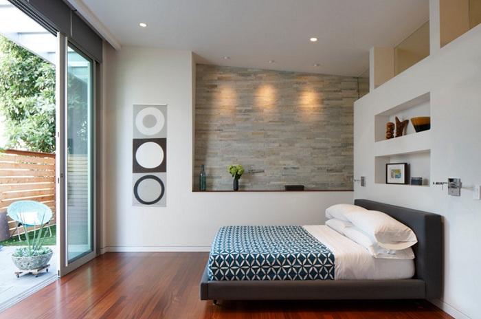 Яркий интерьер дополнен стеклянными раздвижными дверьми, которые стали просто одним из самых лучших вариантов для преображения комнаты.