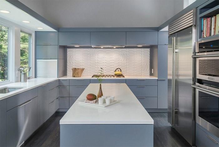 Простая серо-белая кухня с добавлением интересного рисунка по плитке.