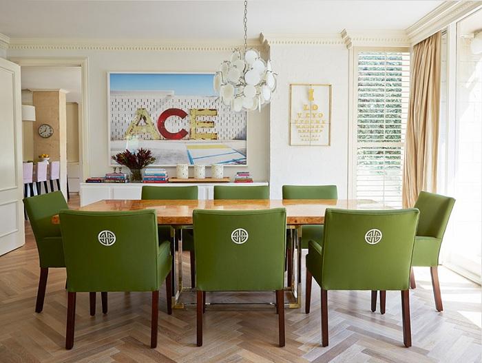Симпатичный и практичный вариант оформления стульев в столовой в зеленом цвете.