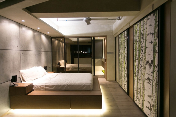 Спальня оформлена в стиле лофт и дополнена стеклянной интересной раздвижной дверью.