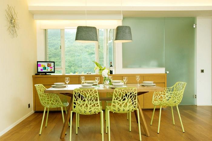 Минималистичный обеденный уголок с красивыми ажурными геометрическими стульями.