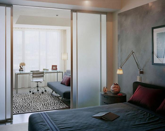 Оформление спальни в стиле лофт плюс интересные раздвижные стеклянные двери, что позволит создать необыкновенную атмосферу.