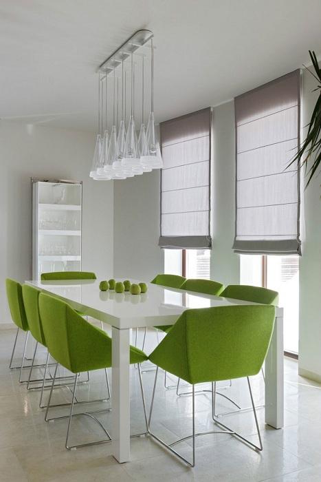 Элегантные и красивые геометрические конструкции этих стульев - просто шикарный вариант для оформления столовой.