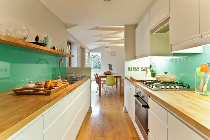 Интересный дизайн кухни в зеленоватых тонах сочетание настоящего и прошлого.