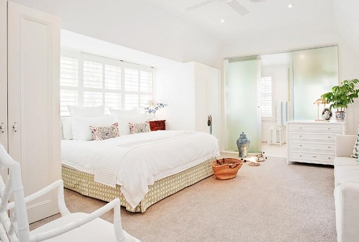 Стеклянная дверь между спальной и ванной комнатой создаст необыкновенное настроение в доме.