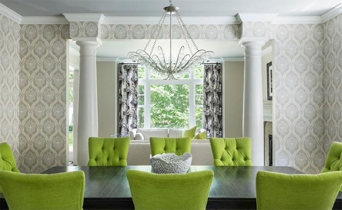 Яркие обеденные стулья зеленого цвета, очень практичны для обеденной зоны с узорными обоями и хрустальной люстрой.