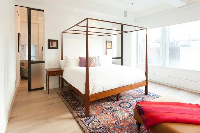Если в комнате, а особенно в спальне ограничено пространство стоит обязательно добавить раздвижные двери.