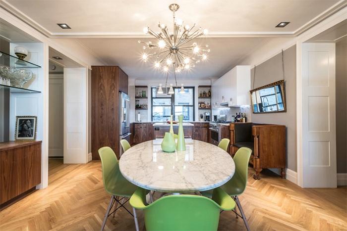 Современные стулья при оформлении прекрасного обеденного пространства добавляют особенного вкуса этой столовой.