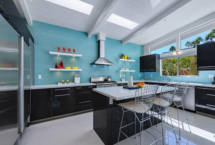 Прекрасное оформление кухни в голубых с черными тонами.