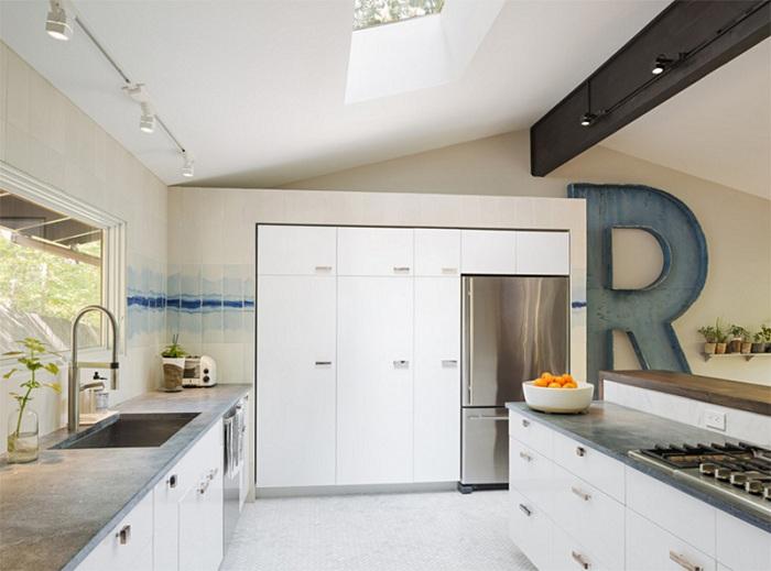 Акварельный эффект настенной плитки на кухне украшен буквой R.