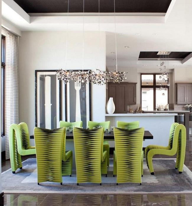 Совершенно уникальный дизайн стульев этой гостиной, создает определенное художественное пространство.