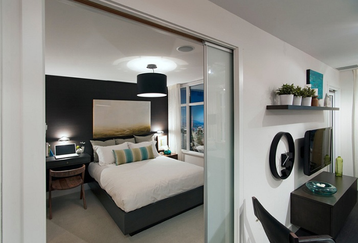 Раздвижные двери, как элемент соединения жилищного пространства, что освежает интерьер.
