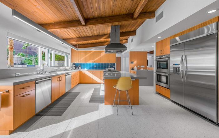 Древесина и нержавеющая сталь сделали свое дело в оформлении этой кухни.