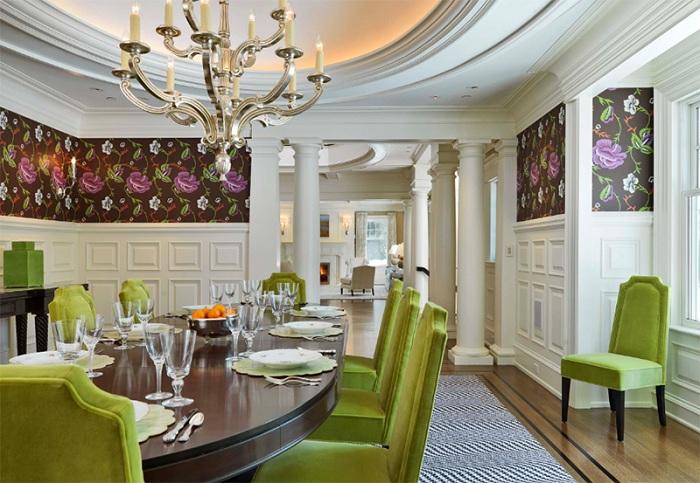 Прекрасный и уютный обеденный уголок, интерьер которого дополнен бархатными зелеными стульями.