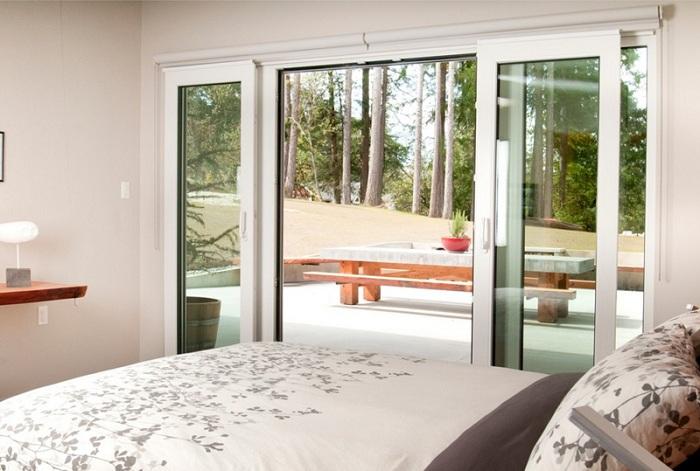 Интересная дверь в спальной, станет особенностью такой комнаты и создаст специфическую атмосферу.