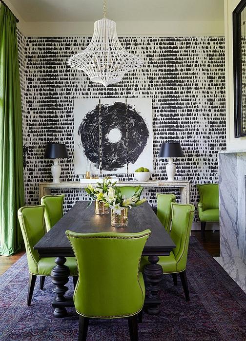 Контрастная стена столовой и интересные стулья сделали интерьер этой комнаты невероятным.