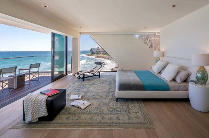 Яркий интерьер спальной с невероятным видом на океан, станет просто новым глотком воздуха в оформлении комнат для отдыха.