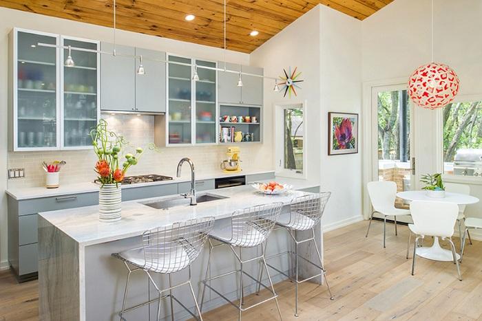 Прекрасный дизайн кухни в светлых тонах с добавлением дерева.