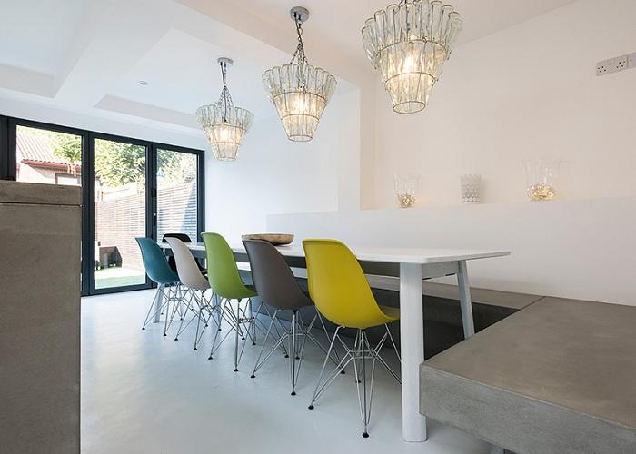 Использование различных оттенков стульев в столовой, поможет создать прекрасную и современную обстановку.