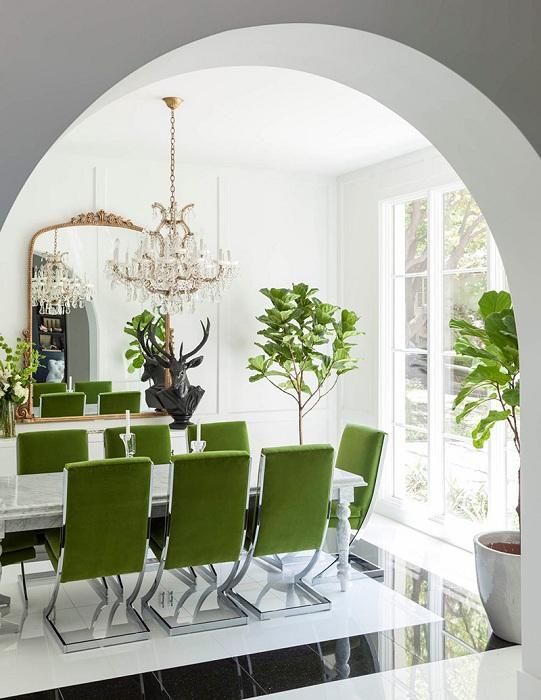 Просто отличное сочетание черного и белого в интерьере с добавлением зеленого в виде стульев - что украшает интерьер.