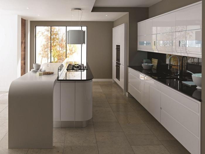 Сочетание коричневого и белого цветов в интерьере кухни.